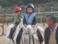Ninos en los caballos