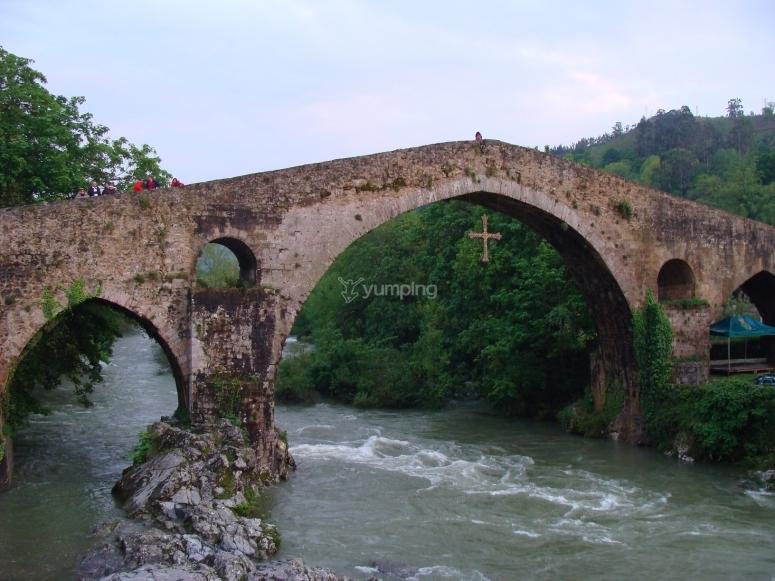 Puente romano sobre el rio Sella