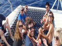 gruppo di ragazzi nella zona relax di una barca