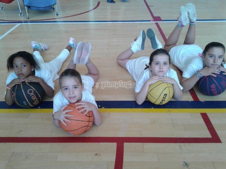 Alumnas en la pista de baloncesto