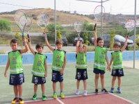 Alumnos con sus raquetas de tenis