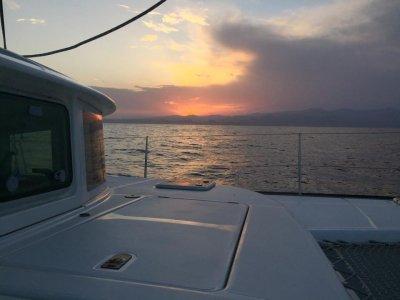 在韦尔瓦温泉租一双双体船半天。平均