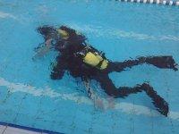 clase de buceo en la piscina