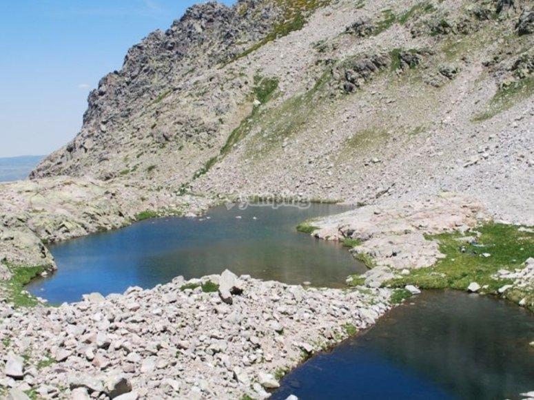 岩石之间的湖泊行程
