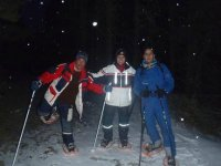 Rutas por la noche sobre la nieve