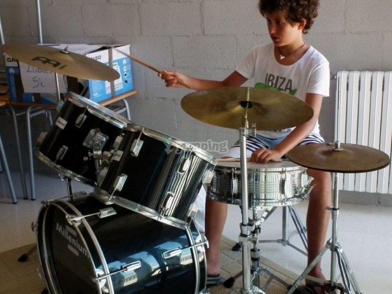 Alumno tocando la bateria
