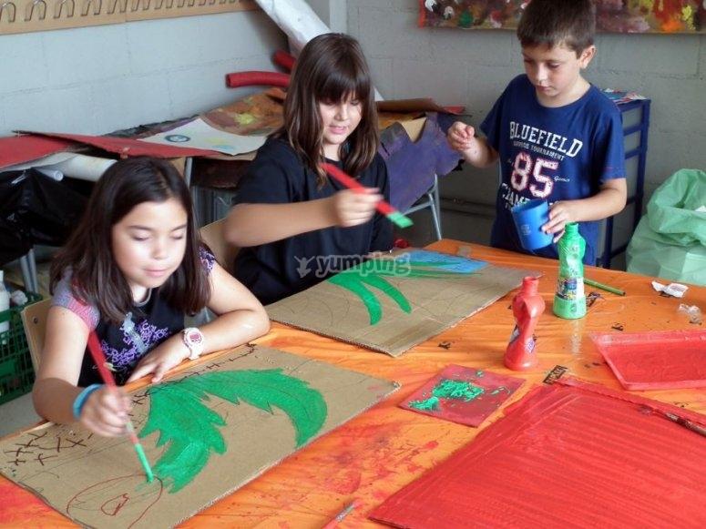Ninos pintando
