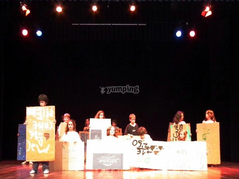 Ninos en el escenario