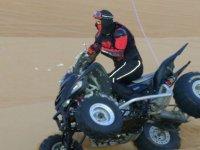 chico montado en quad