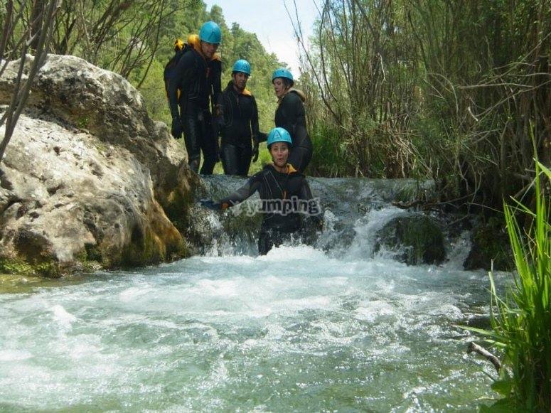 Toboganes acuáticos en el río