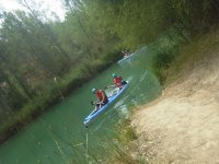 Navegando por el río con la canoa