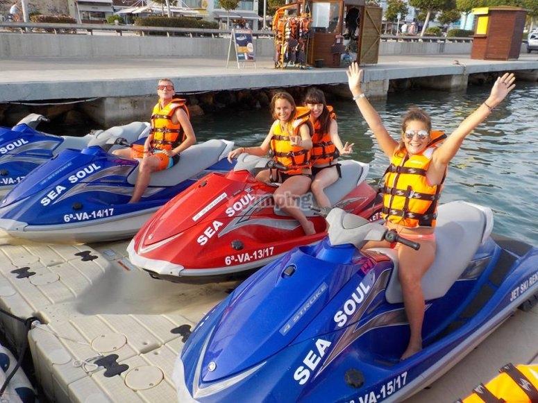 Grupo en las motos de agua