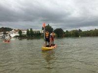 De pie sobre el kayak