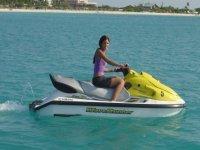 chica en moto de agua
