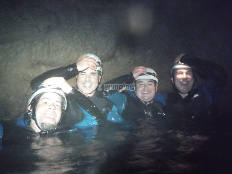 洞穴内的员工
