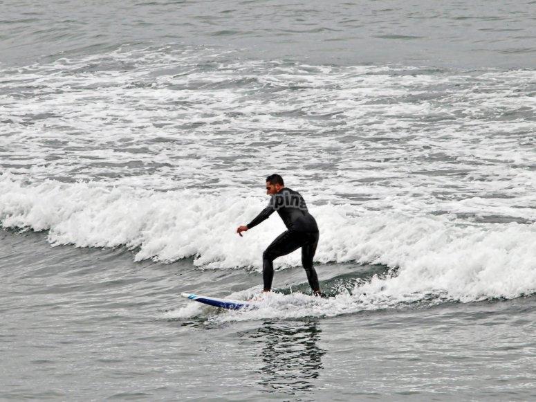 Cogiendo una ola en el mar