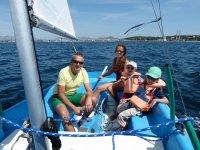 Familia navegando a vela