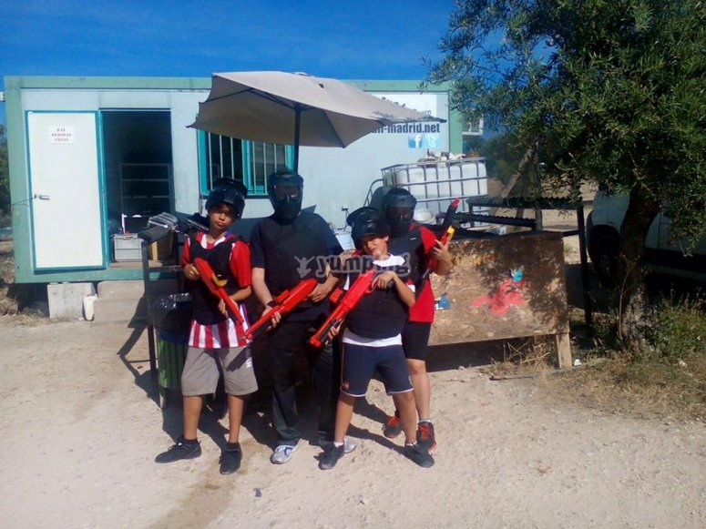 Grupo de ninos en paintball