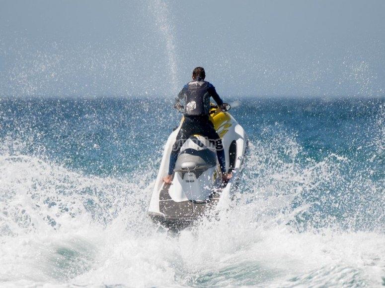Saltando con la moto de agua