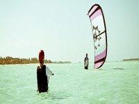敢于在特内里费岛的海滩上进行风筝冲浪。
