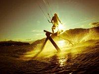 在一天结束时练习风筝冲浪。