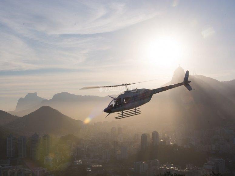Helicóptero a contraluz