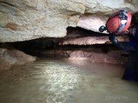 在洞穴里面有水