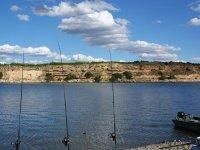与朋友一起钓鱼