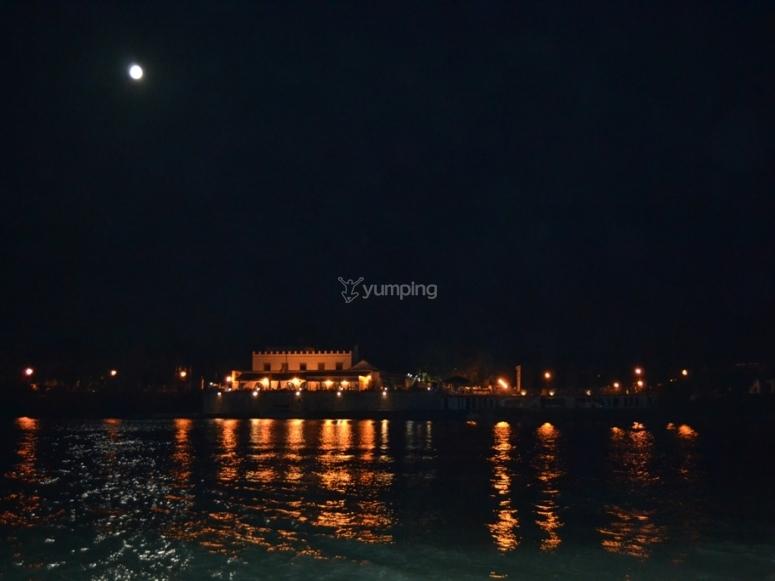 独木舟和满月
