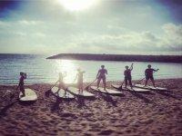 Preparando los remos en la orilla del mar