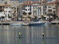 Remando con la tabla de sup junto al puerto