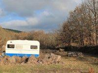 Escenario de paintball con caravana