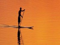 Remando con la puesta de sol