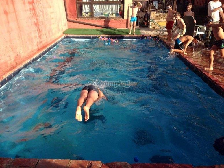 De cabeza a la piscina