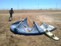 Cometa de kitesurf en la arena.