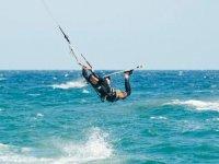 Volando entre las olas.