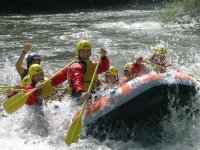 Balsa de rafting con siete participantes