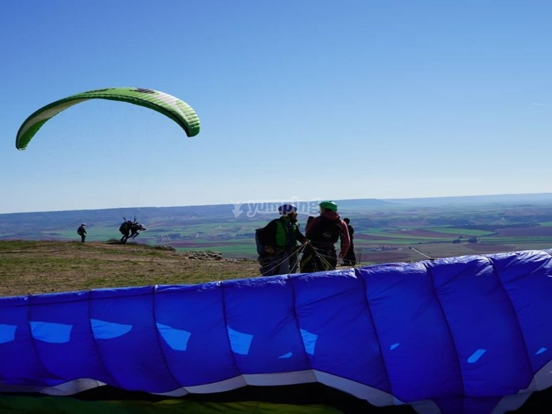 Couple before taking off with the paraglider
