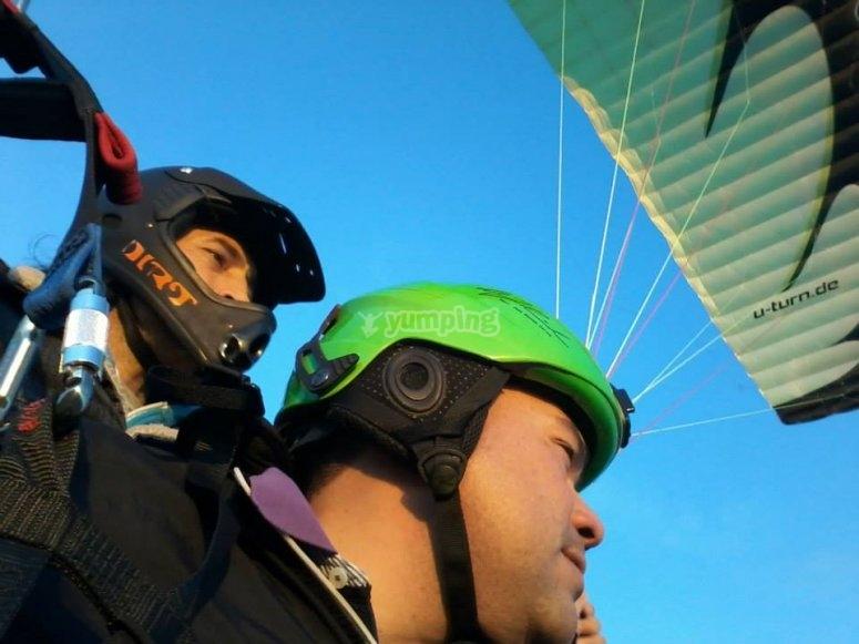 Junto al piloto en el paramotor