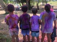 Llenos de pintura en el bosque