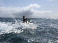 Acelarando durante la ruta en moto de agua