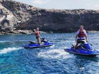 特内里费岛的摩托艇上的滑水