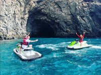 进入摩托艇洞穴