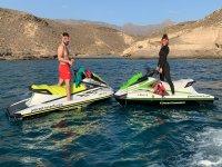 Sobre las motos de agua con el equipo de snorkel