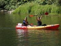 笑提高我们的独木舟划艇席位