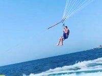 Elevanto el vuelo en el parasailing
