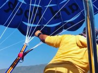 Preparando el parasailing para el vuelo