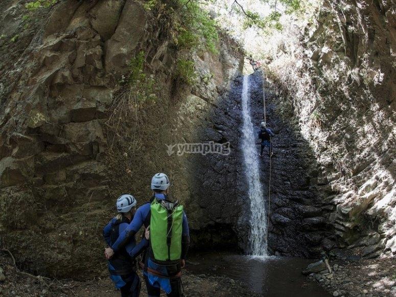 Rappel en cascada en Los Cernicalos