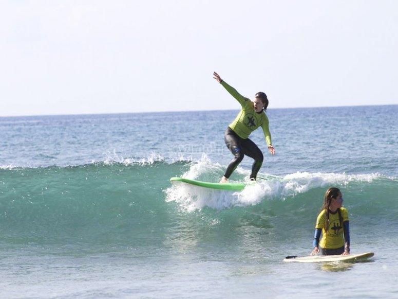 Manteniendo el equilibrio en la ola