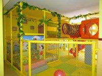 Parque infantil amarillo